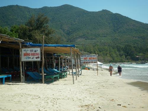 Lấn chiếm bãi biển để kinh doanh