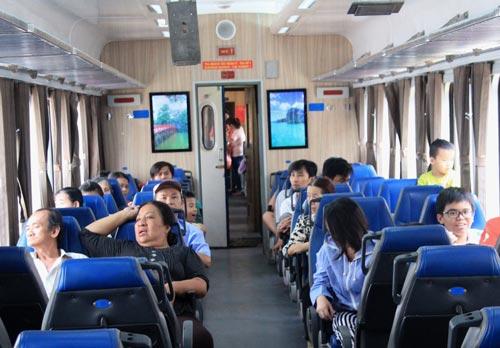 Du khách thích thú tham gia tuyến tàu lửa nội ô ở TP HCM Ảnh: GIANG ANH
