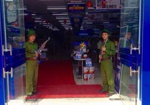 Siêu thị Trần Anh cho nhân viên bồng súng… đón khách Ảnh: FACEBOOK