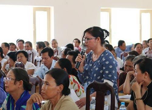 Cử tri xã Xuân Thới Sơn, huyện Hóc Môn, TP HCM gửi gắm nguyện vọng của mình với các ứng cử viên đại biểu Quốc hội Ảnh: BẠCH ĐẰNG