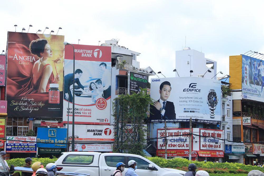 Các bảng quảng cáo ở vòng xoay Nguyễn Văn Cừ, TP HCM trông khá nhếch nhác, trong đó có nhiều bảng vi phạm quy định