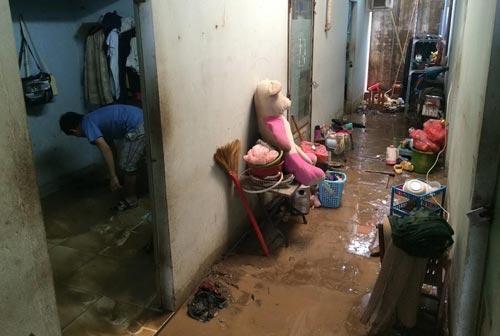 Máy xúc thi công mở rộng đường số 2 (phường Trường Thọ, quận Thủ Đức, TP HCM) đào trúng đường ống dẫn nước sinh hoạt khiến nước chảy lênh láng tràn vào nhà dân ngày 27-7