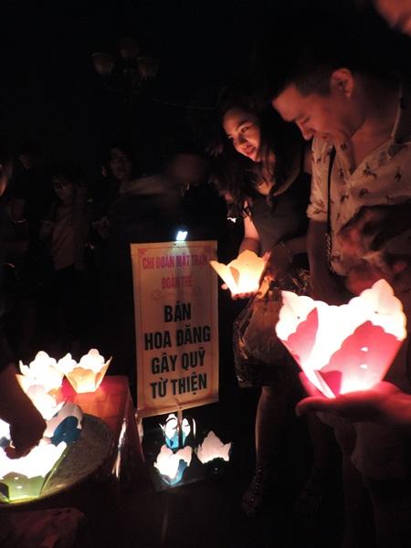 Một Chi đoàn thanh niên gây quỹ từ thiện bằng lồng đèn