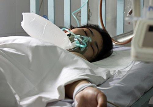 Nữ sinh Phan Thị Bích Loan đang được điều trị tại Bệnh viện Chợ Rẫy, TP HCM. (Ảnh do gia đình cung cấp)