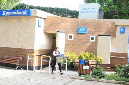 Nhà vệ sinh công cộng miễn phí do Sacombank xây dựng tại các công viên 23-9, Tao Đàn, Lê Văn Tám nhận được sự ủng hộ của người dân Ảnh: SỸ ĐÔNG