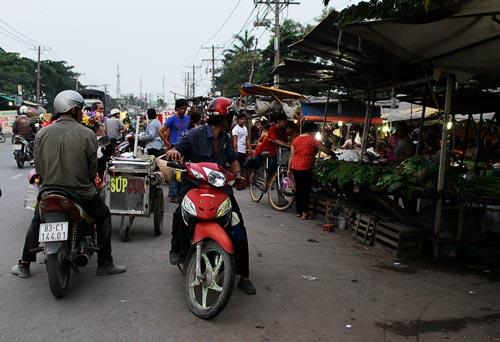 Cảnh lấn chiếm vỉa hè, lòng lề đường để buôn bán trên đường Trần Đại Nghĩa