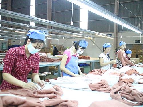 Công nhân Công ty Furushima tại KCN Sóng Thần (huyện Dĩ An, tỉnh Bình Dương) trong giờ làm việc Ảnh: HỒNG ĐÀO