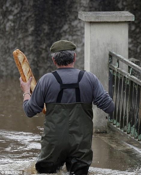 Cư dân thị trấn Chalette-sur-Loing, Pháp mua bánh mì chống đói. Ảnh: REUTERS