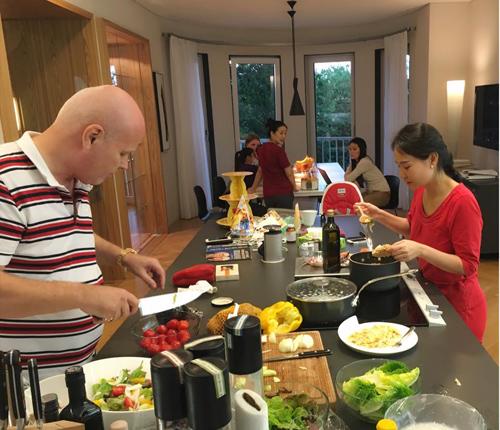 Không gian bếp rộng rãi trong nhà để hai vợ chồng có thể bày tiệc mỗi khi về Séc nghỉ ngơi