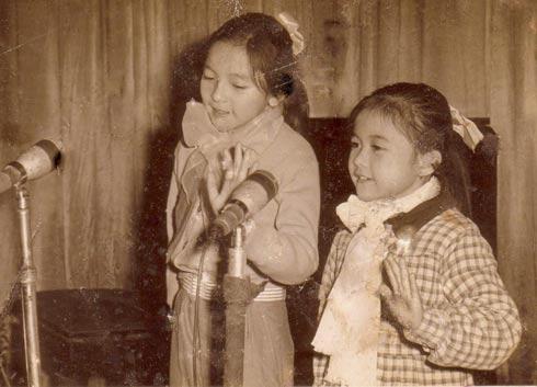 Ái Vân (bìa trái) và em gái Ái Xuân trong một lần song ca thời bé. (Ảnh tư liệu của nhân vật)