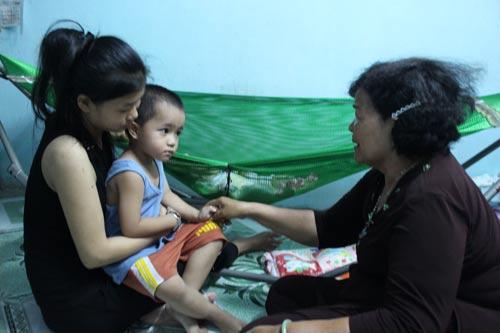 Bà Nguyễn Thị Thành thăm hỏi sức khỏe mẹ con nữ công nhân Nguyễn Kim Hằng