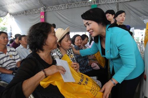 Bà Trần Kim Yến, Chủ tịch LĐLĐ TP HCM, thăm hỏi, động viên nữ công nhân bị tai nạn lao động Ảnh: HOÀNG TRIỀU