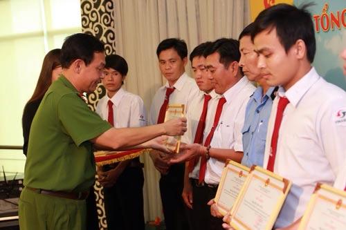 Đại tá Đinh Thanh Nhàn, Phó Giám đốc Công an TP HCM, trao giấy khen cho các cá nhân điển hình trong phong trào tại Vinasun