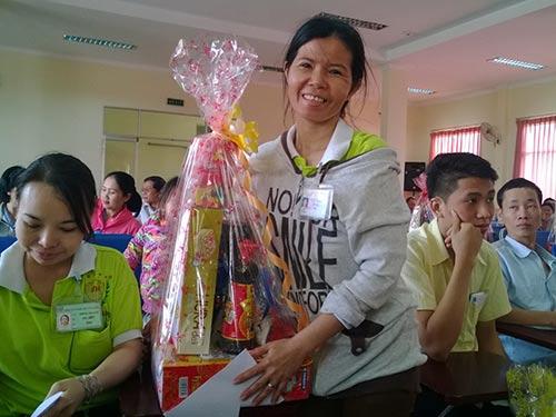 Nụ cười rạng rỡ của chị Lưu Thị Thảo khi nhận quà của LĐLĐ quận Tân Phú, TP HCM