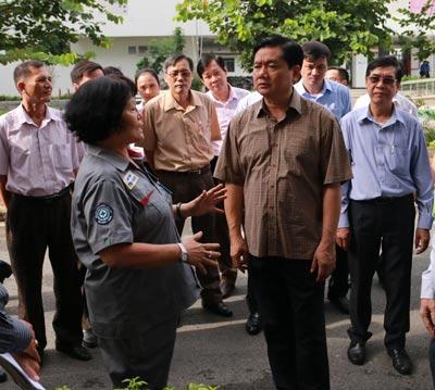 Bí thư Thành ủy TP HCM Đinh La Thăng thăm hỏi công nhân một khu lưu trú tại KCX Tân Thuận