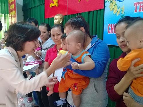 Bà Huỳnh Thị Ngọc Liên, Trưởng Ban Nữ công LĐLĐ TP HCM tặng quà cho con công nhân Công ty Keo Hwa Vina Ảnh: MAI CHI