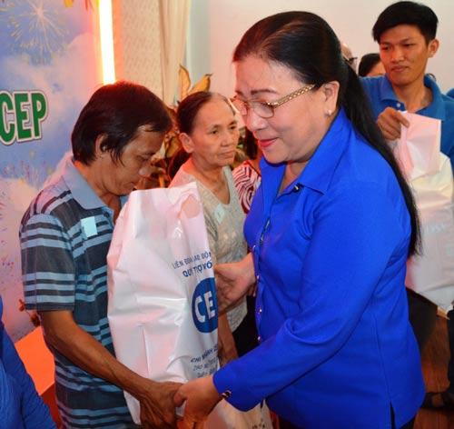 Bà Nguyễn Thị Bích Thủy, Phó Chủ tịch LĐLĐ TP HCM, trao quà Tết cho người lao động nghèo Ảnh: NGUYỄN LUÂN