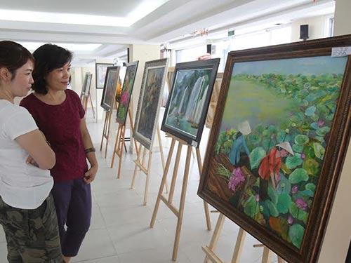 Công chúng đến xem tranh tại triển lãm do CLB Mỹ thuật Tranh Việt tổ chức Ảnh: HOÀNG TRIỀU