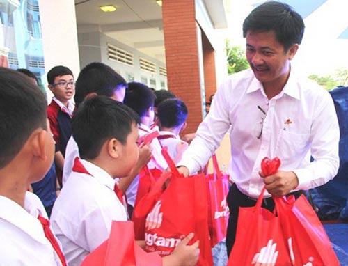 Đại diện Công ty CP Đồng Tâm tặng quà trung thu cho học sinh Trường THCS Trương Văn Bang