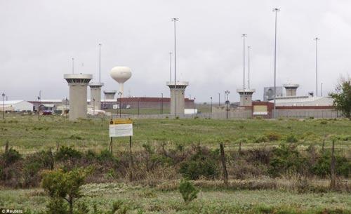 Nhà tù ADX ở Florence, bang Nam Carolina, nhìn từ bên ngoài Ảnh: REUTERS