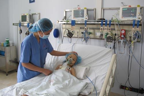 Một bệnh nhân bị bệnh tim bẩm sinh vừa được phẫu thuật tại Bệnh viện Nhi trung ương