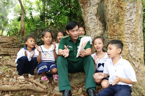 Thượng úy Trần Bình Phục cùng học trò ca hát trong giờ giải lao trên Hòn Chuối