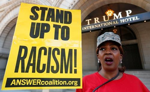 Bà Sherrie Black ở Washington D.C phản đối chủ nghĩa phân biệt chủng tộc bên ngoài khách sạn của ứng cử viên tổng thống Donald Trump hôm 12-9 Ảnh: REUTERS