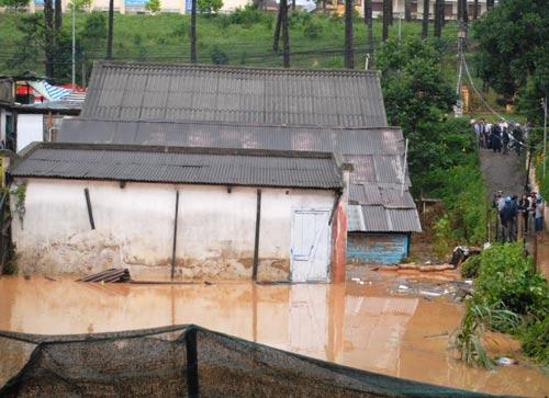 Hạn hán ở Đắk Lắk (ảnh trái) và lũ quét ở Lâm Đồng mới đây Ảnh: CAO NGUYÊN - ĐÌNH THI