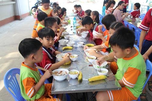 Con công nhân theo học tại Trường Tiểu học Chu Văn An (quận Bình Tân, TP HCM)