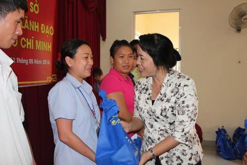 Bà Trần Kim Yến, Chủ tịch LĐLĐ TP, tặng quà cho công nhân khó khăn tại các KCX-KCN Ảnh: THANH NGA