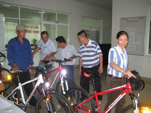 Công nhân Công ty TNHH Always làm việc 10 năm được công ty thưởng xe đạp do công ty sản xuất