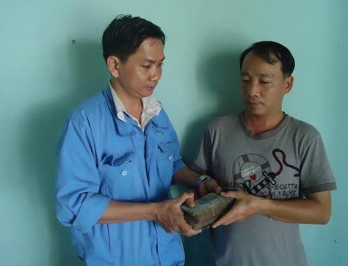 Anh Đoàn Mạnh Hà (trái) thăm và trao tiền hỗ trợ cho đoàn viên bị bệnh hiểm nghèo