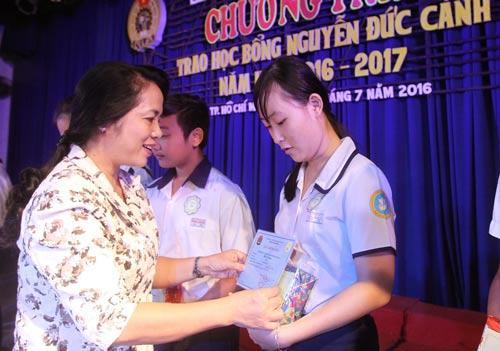 Bà Trần Kim Yến, Chủ tịch LĐLĐ TP HCM, trao học bổng cho con CNVC-LĐ Ảnh: HOÀNG TRIỀU