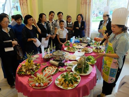 Nhân viên khối nhà hàng Công ty CP Du lịch Hòa Bình Việt Nam tham gia hội thi tay nghề do ban giám đốc và Công đoàn tổ chức