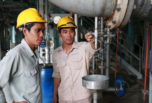 Anh Hà Quốc Cường (trái) kiểm tra sản phẩm trong quá trình sản xuất