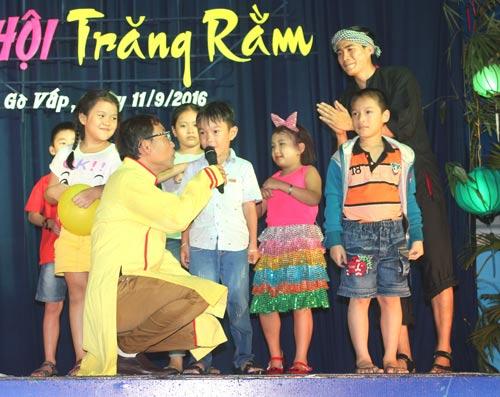 """Các bé mạnh dạn lên sân khấu tham gia trò chơi trong """"Đêm hội trăng rằm"""" do LĐLĐ quận Gò Vấp, TP HCM tổ chức Ảnh: THANH NGA"""