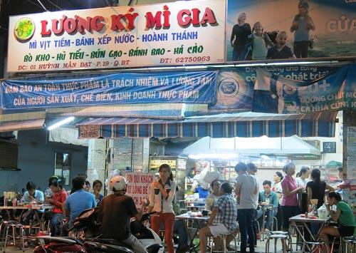 Khu ẩm thực ở chợ Thị Nghè (quận Bình Thạnh, TP HCM) bán đủ các món ăn ba miền
