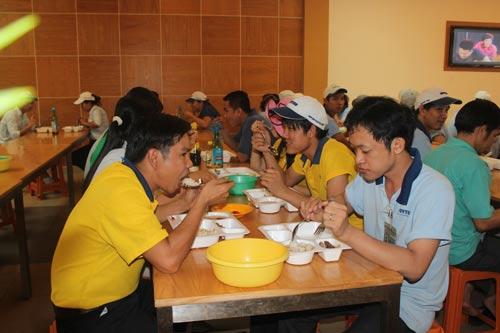 Bữa ăn giữa ca của công nhân tại Công ty CP Sản xuất Nhựa Duy Tân (quận Bình Tân, TP HCM) luôn bảo đảm chất lượng Ảnh: THANH NGA