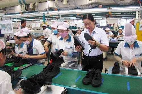 Bà Mai Thị Ngọc Mỹ, Chủ tịch Công đoàn Công ty TNHH Lạc Tỷ luôn gần gũi với công nhân Ảnh: TƯỜNG PHƯỚC