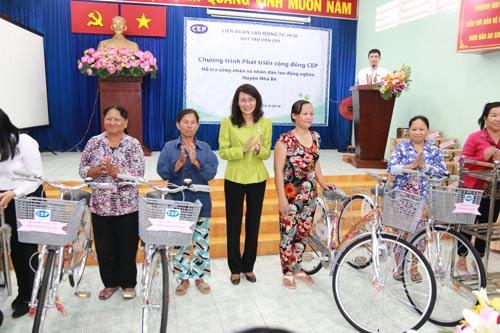 Bà Nguyễn Thị Thu, Phó Chủ tịch UBND TP HCM, tặng xe đạp cho thành viên CEP tại huyện Nhà Bè