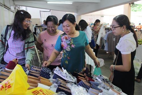 CNVC-LĐ mua hàng giảm giá tại Ngày hội CNVC-LĐ quận 1, TP HCM Ảnh: NGÂN HÀ