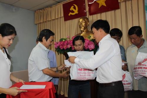 Ông Nguyễn Văn Phương (bìa phải) - Phó Chủ tịch LĐLĐ quận Thủ Đức, TP HCM - trao quà cho đoàn viên nghiệp đoàn xe ôm