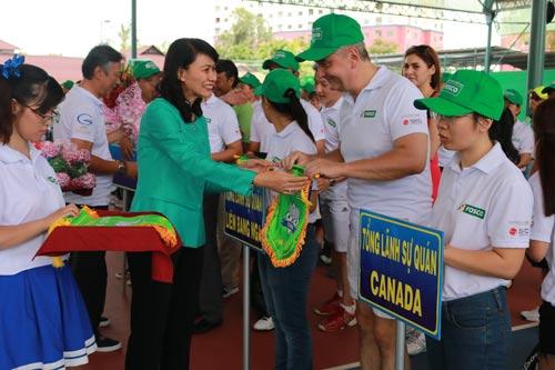 Bà Nguyễn Thị Thu, Phó Chủ tịch UBND TP HCM, tặng cờ lưu niệm cho các đội tham dự giải quần vợt FOSCO 2016 Ảnh: BẠCH ĐẰNG