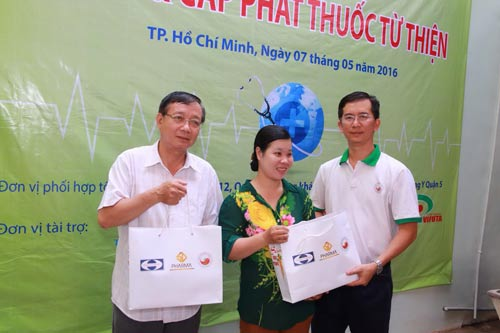 Ông Trịnh Lê Vĩnh, Phó Tổng Giám đốc điều hành Công ty CP Dược phẩm Đông dược 5, trao quà cho bà con nghèo tại phường 12, quận 5