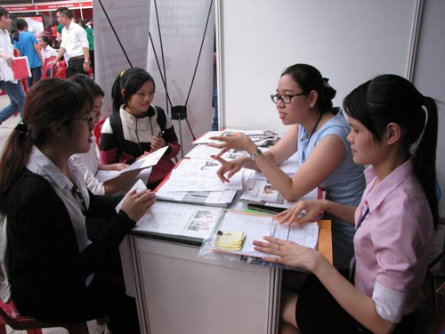 Người lao động tìm việc tại một sàn giao dịch việc làm lưu động do Trung tâm Dịch vụ việc làm TP HCM tổ chức
