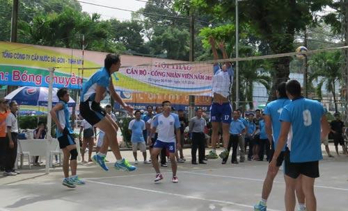 Các vận động viên tranh tài ở môn bóng chuyền