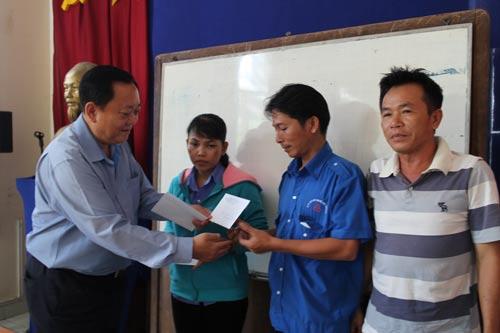 Ông Đỗ Văn Thành, Chủ tịch Công đoàn Tổng Công ty Công nghiệp Sài Gòn, tặng quà cho các công nhân khó khăn