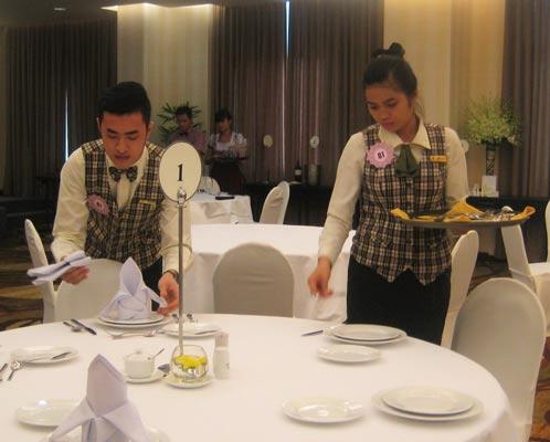 Hội thi tay nghề nhân viên phục vụ bàn giỏi do LĐLĐ quận 1, TP HCM tổ chức