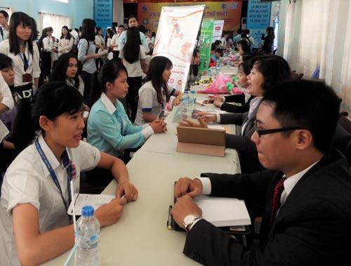 Sinh viên được tư vấn kỹ năng tìm việc tại sàn giao dịch việc làm