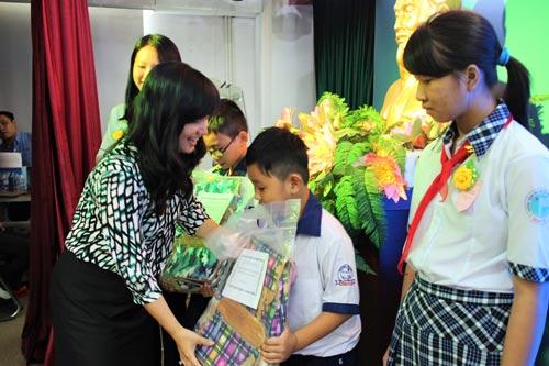 Bà Đinh Thị Thái Hiền, Trưởng Ban Tổ chức LĐLĐ TP HCM, trao học bổng Nguyễn Đức Cảnh cho con CNVC-LĐ